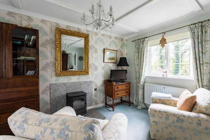Laura Ashley relaxing chairs, TV/DVD, Unlimited free wiFi, Log stove for winter with free logs with full gas central heating.