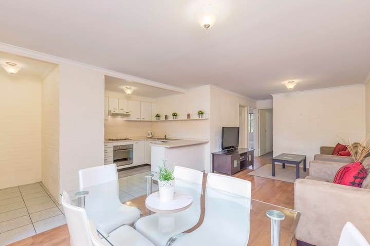 Clean, Modern & Comfortable in Convenient location - Lyneham - Leilighet
