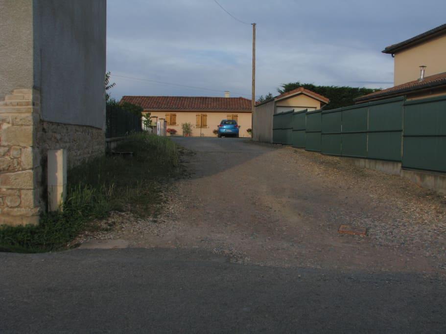 Le chemin en pierre pour accéder à notre maison