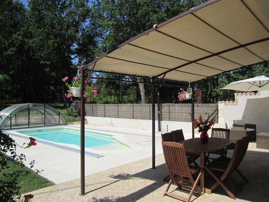 Côté terrasse avec la piscine couverte et chauffée à 29C) d'avril à octobre