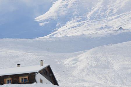 Wohnung an Skilift mit Aussicht in die Rinaulta - Luven - Hytte (i sveitsisk stil)