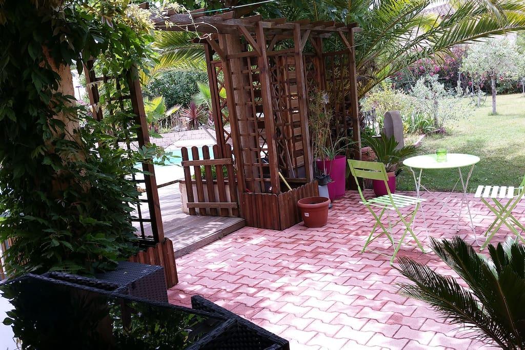 terrasse ombragée à disposition