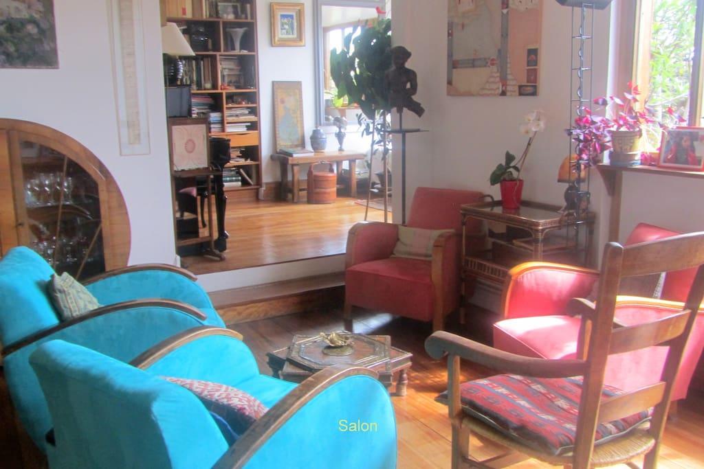 un salon lumineux et confortable