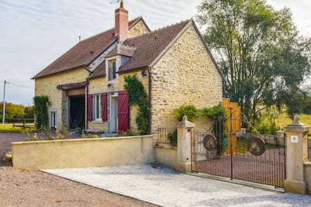 Renovated and air-conditioned house with natural river bathing 50m away.