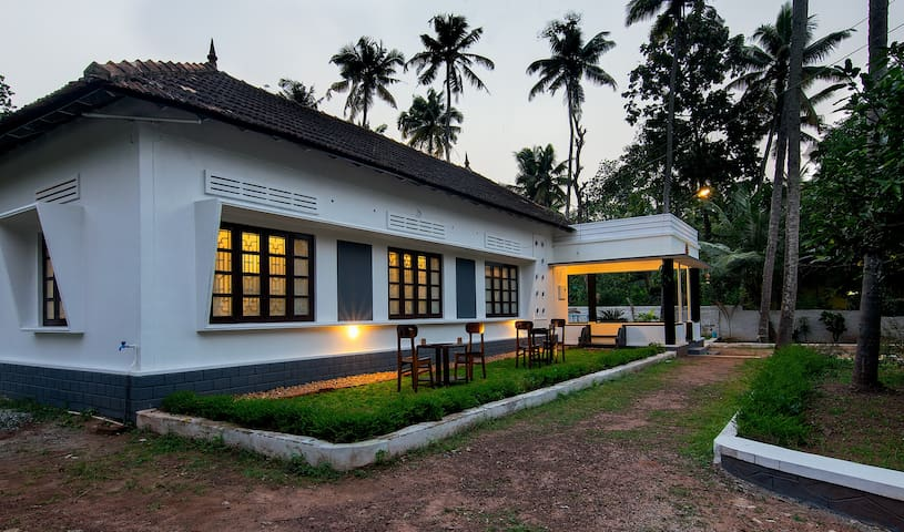 Heritage home with two cottages(Two Twin Rooms )