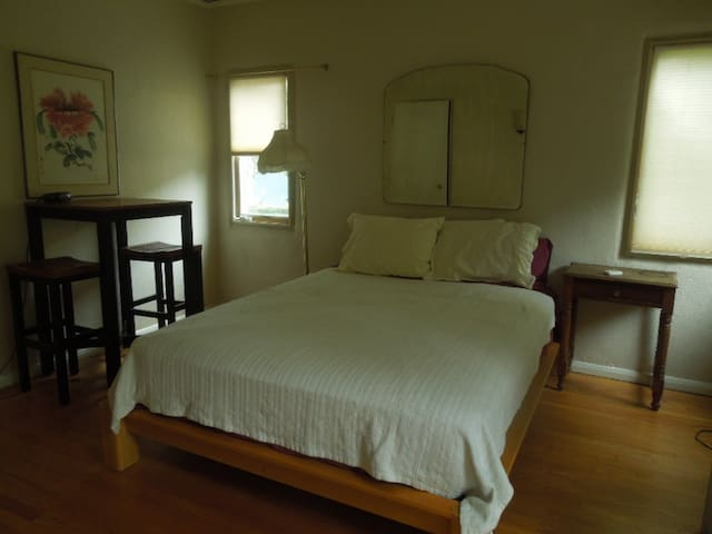 Private room with own bath - Duarte - Bed & Breakfast