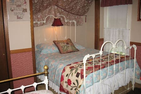 The Three Sisters' Room in cosy BnB - Belmond - Bed & Breakfast