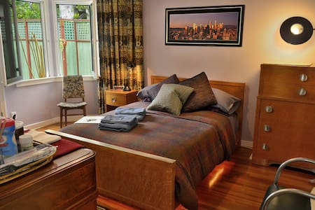 Super Clean, Cozy, Non-Smoking Room - in an Eco-home nestled in an Urban Oasis! - Very Central. Your Own totally Private Room Private Entrance & Private En suite Bath. Full-size bed. WiFi, HDTV.  Easy-Going & Carbon-Sustainable home. LGBT Welcome!