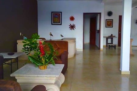 La Zona City Hostel - Sant Salvador - Bed & Breakfast
