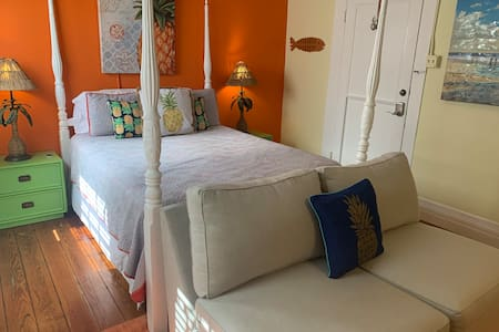 2102 25th PINEAPPLE BY THE SEA!!! Sleeps 2
