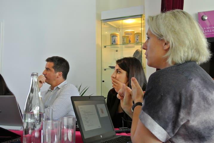 Réunion pendant un séminaire d'entreprise - La maison de Karen chocolat , à Limonest dans le Rhône
