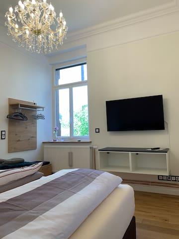 Schlafzimmer mit Boxspringbett (Raum 3)