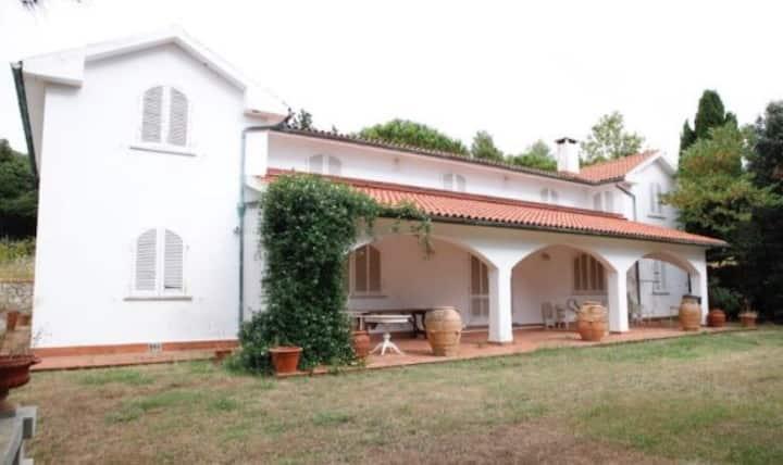 Villa in collina vista mare con 6 camere e 3 bagni