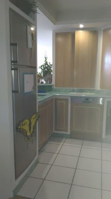 Cuisine fonctionnelle et bien aménagée! Il y a un lave vaisselle.