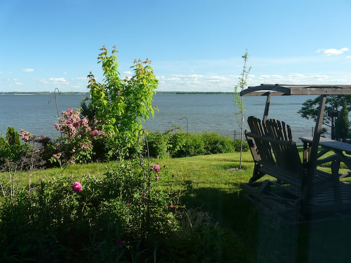 QUIET 1 BDRM WATERFRONT APARTMENT