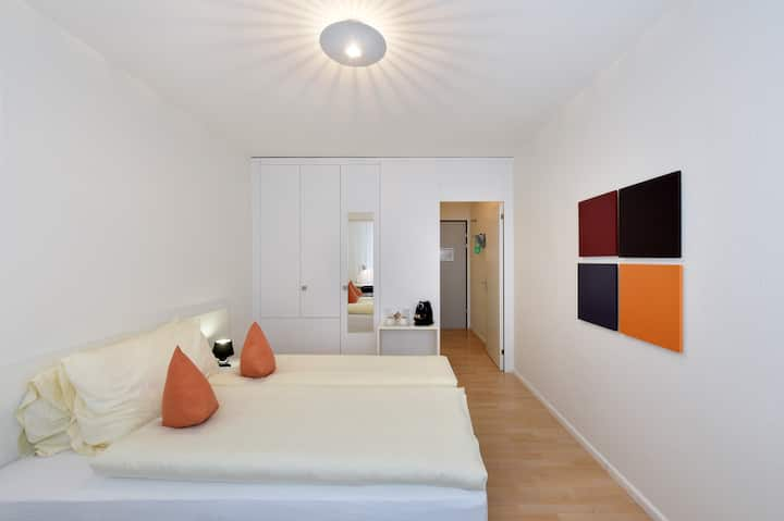 APALIVING - double room with queensize bed and private bathroom