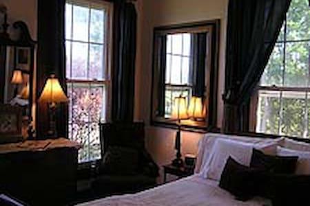 Queen Room in Bed & Breakfast - Southold - Bed & Breakfast