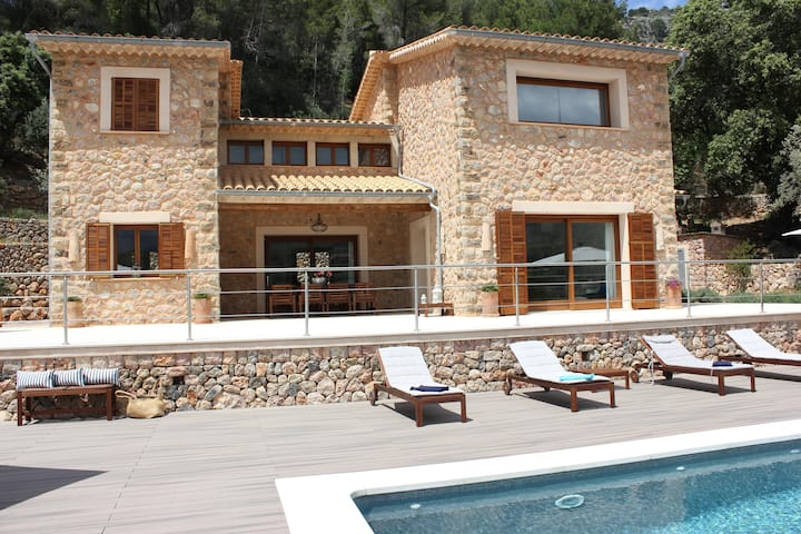 High quality newly built villa with large pool