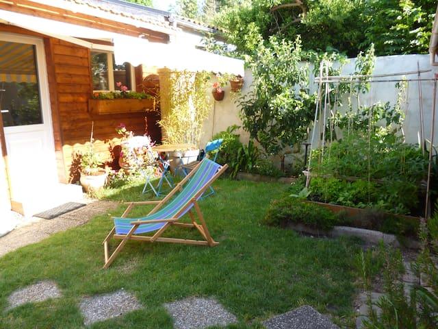 Agréable studio avec jardin .