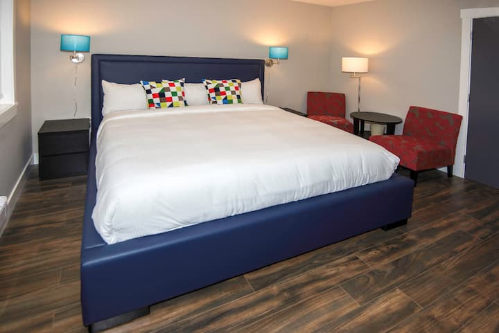 (NO CLEANING FEE) #211 King Bed Queens Hotel