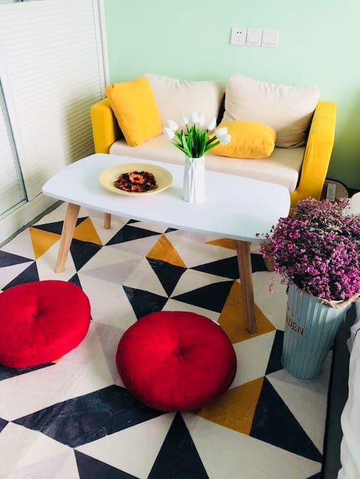休闲区的沙发、地毯、坐垫