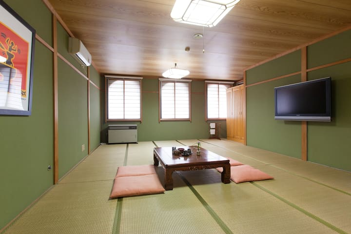 Large tatami mat room in hotspring guesthouse!