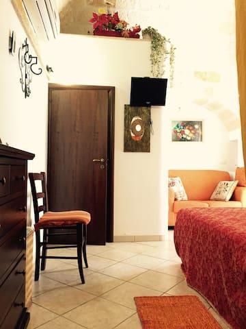 Area laterale al letto matrimoniale e Porta accesso alla toilette