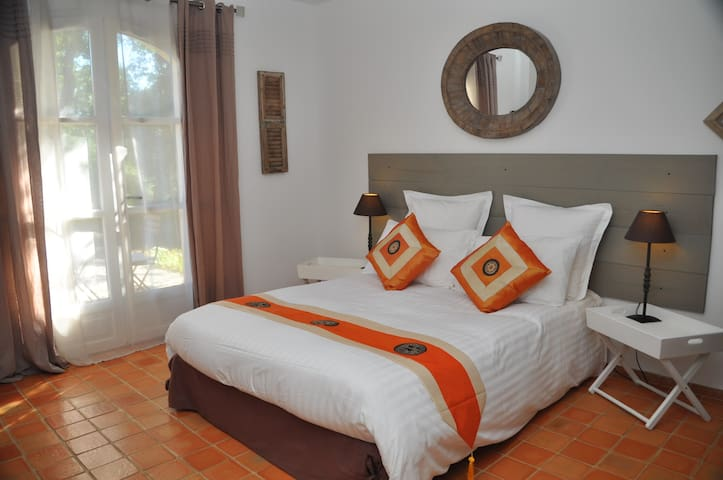 Charming B&B (Orange) Pool, Hot Tub & Hammam - Saint-Maximin-la-Sainte-Baume - Casa de hóspedes