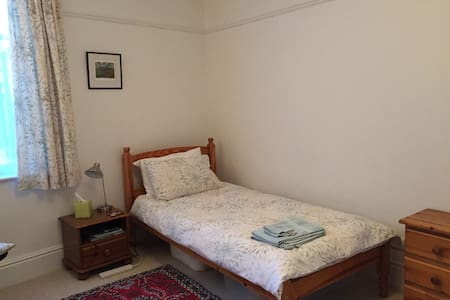 Comfortable, spacious room - Exeter
