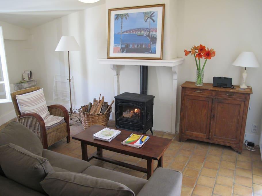 Living room with WiFi & radio