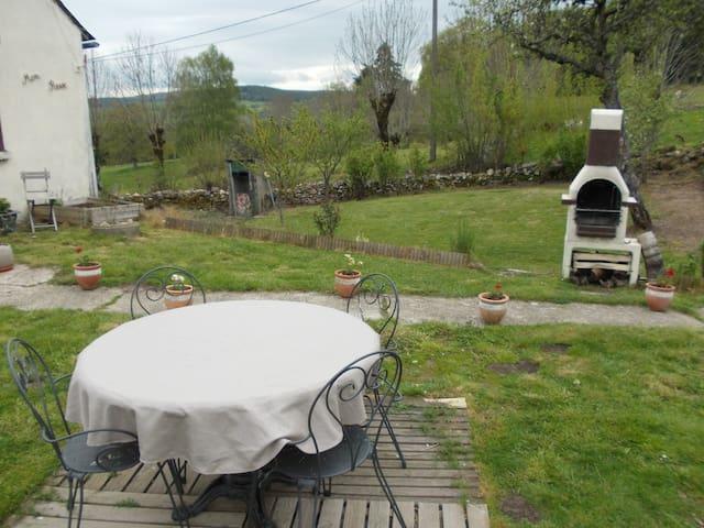 Salon de jardin et barbecue à disposition pour des moments simples mais inoubliables. Des moments de rencontre, de partage et de convivialité.