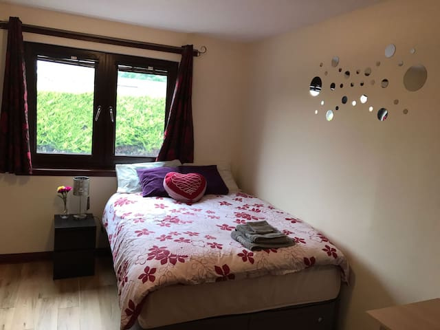 Double Bedroom 15 min away from Edinburgh Airport