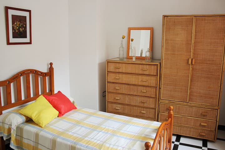 Single room in historic house -Jerez City Center-