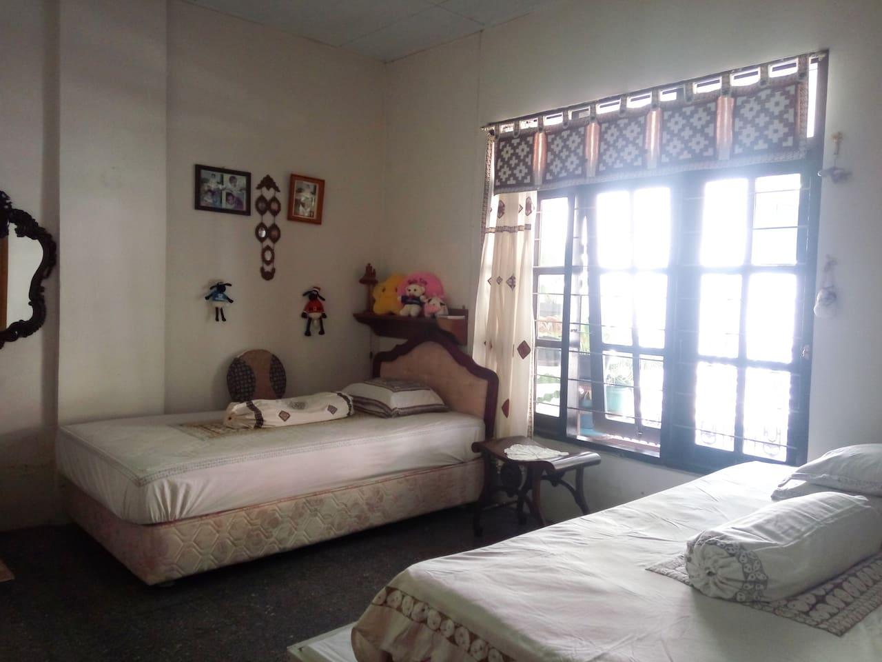Luas kamar 4x4m2 2 double bed kecil 1 Bed sorong 1 lemari pakaian Kamar Mandi dalam