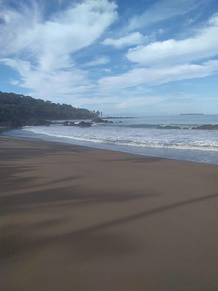 Cabinas yafeth next to the beach Drake bay