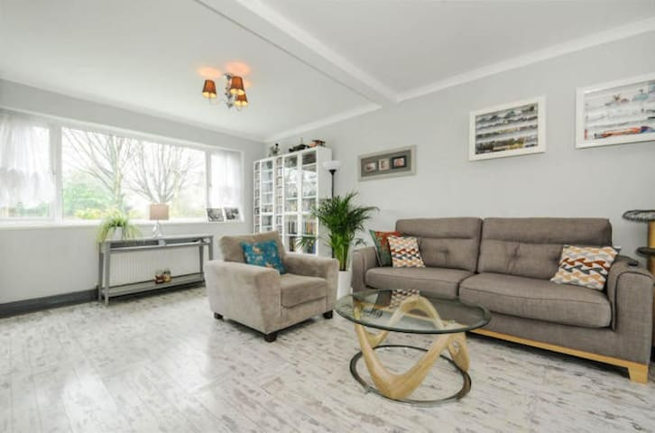 Lovely Large Room in Beautiful Family Home