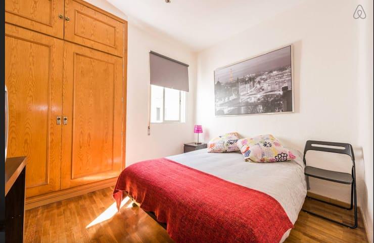 Habitación interior luminosa y tranquila