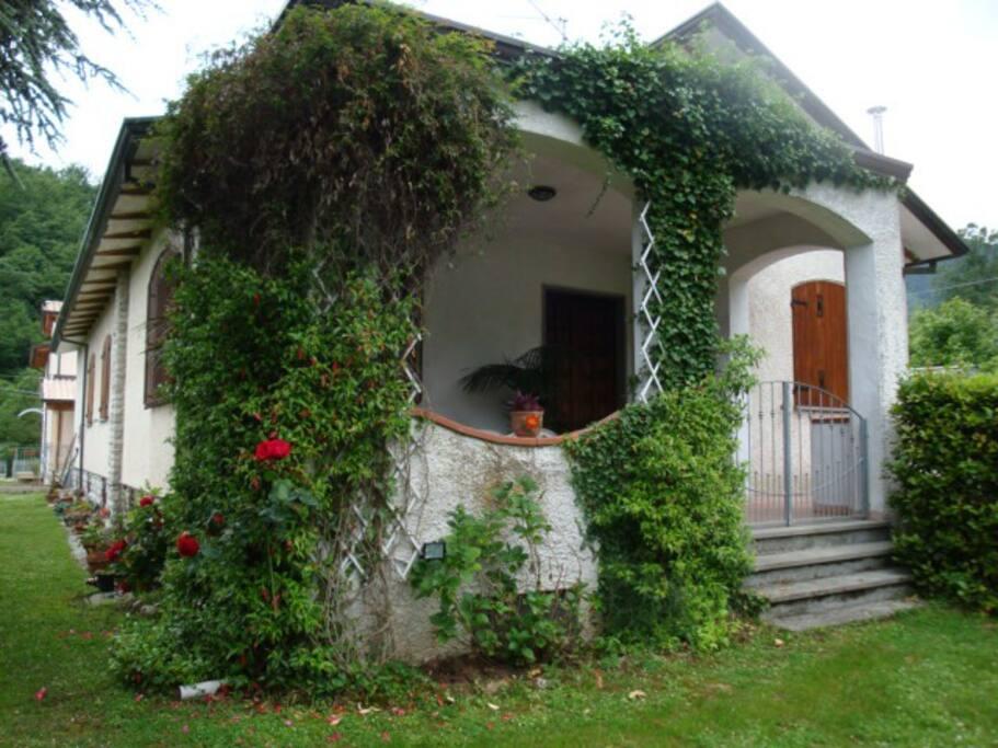 Villa in collina con giardino ville in affitto a for Ville in collina