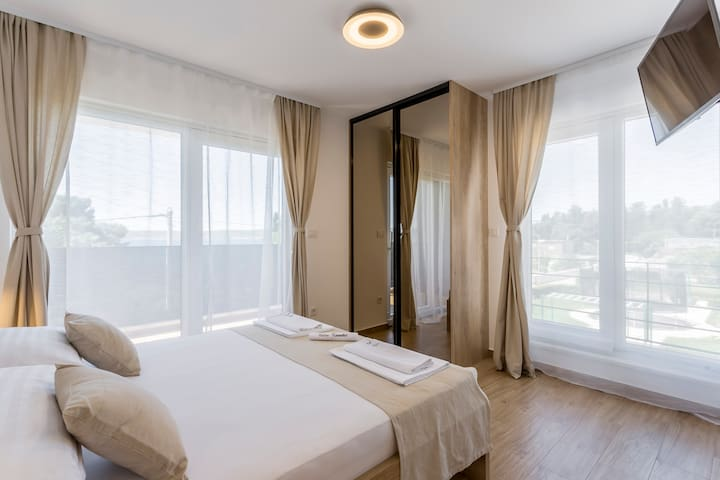 Room 2 with double bed, bathroom, Sat-TV, wardrobe, working table, towel and sheets, air conditioning and balcony with sea view.