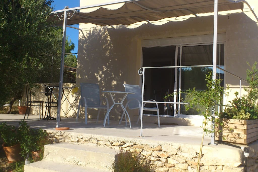 Studio climatis avec piscine et terrasse ombragee for Beaucaire piscine