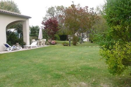 Maison confortable de 400 m² - Pouillac - 단독주택