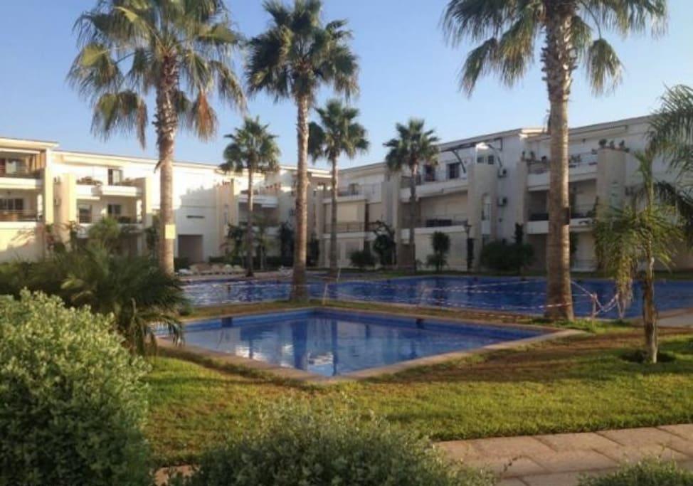 La résidence est dotée de 12 piscines