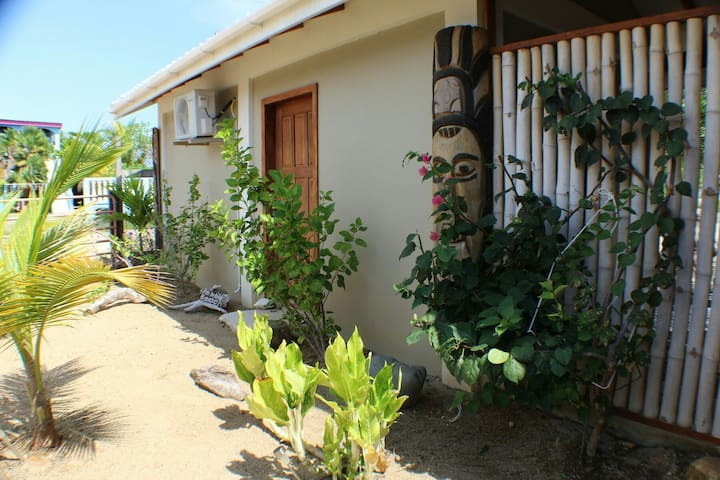 Cute cottage within 5 min. walk to Caribbean Sea. - Placencia