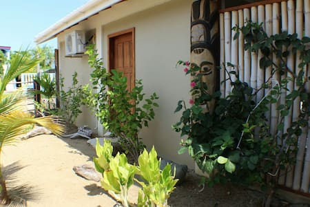 Cute cottage within 5 min. walk to Caribbean Sea. - 普拉圣西亞(Placencia)