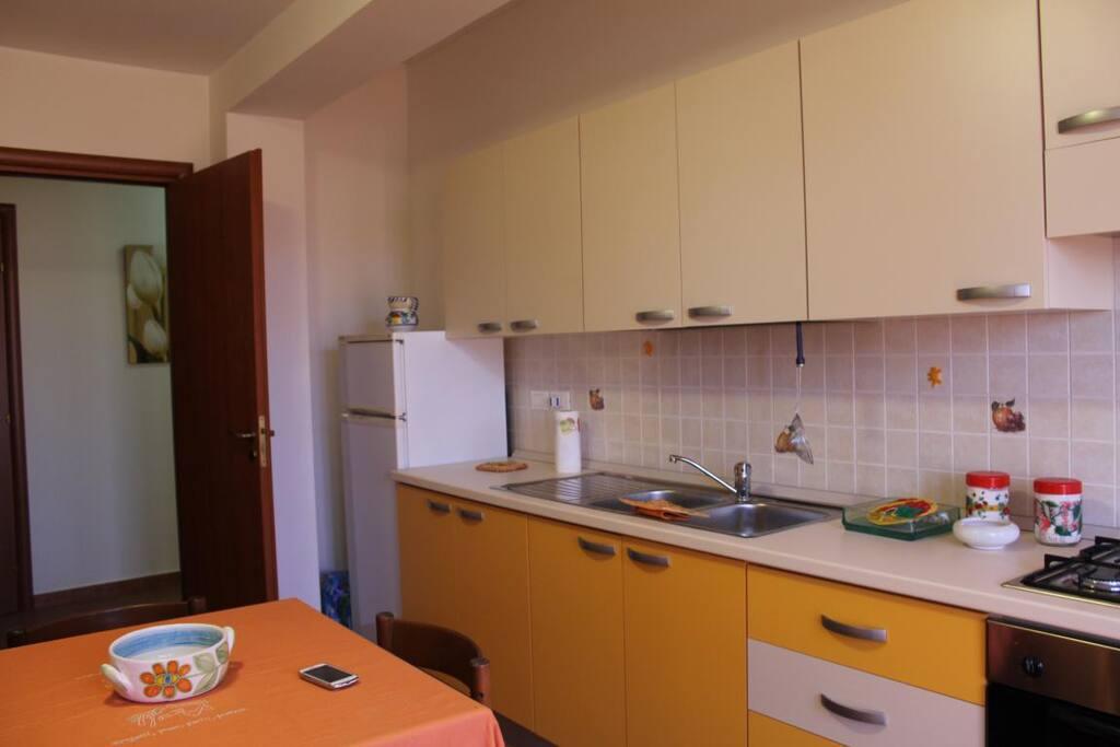 Cucina-soggiorno con Frigorifero, Forno elettrico, fuochi cottura a gas  ed inoltre TV e balcone con vista mare (come camera da letto 2)