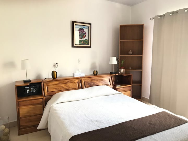 #1 Abril de paso / Room w/ bathroom; 5 min airport