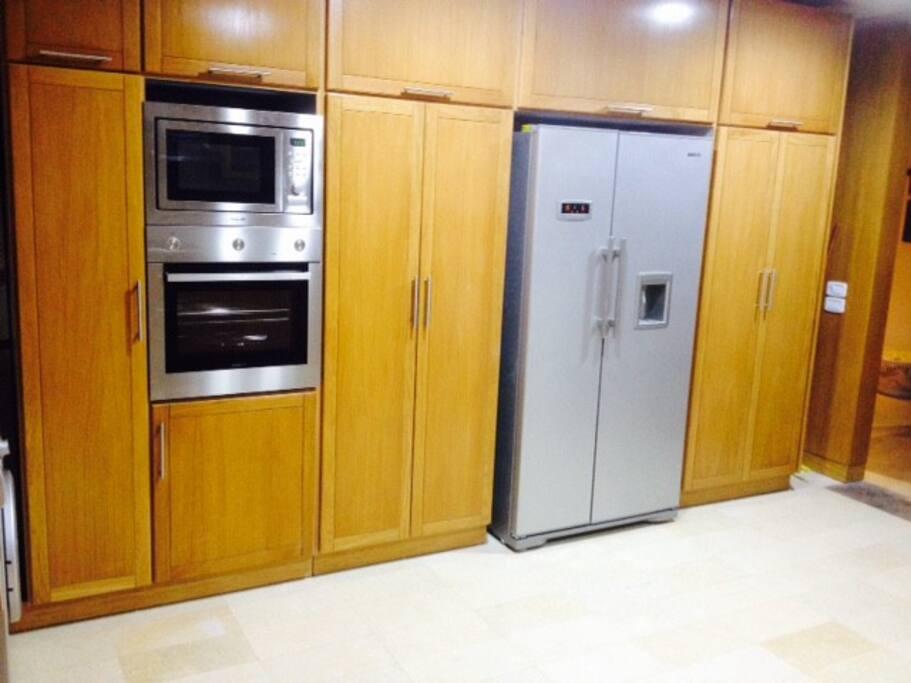 Un réfrigérateur - congélateur avec distributeur d'eau: idéal pour les chaudes journées d'été!