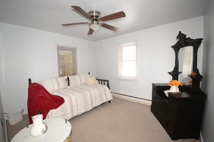Bedroom 2 with Daybed