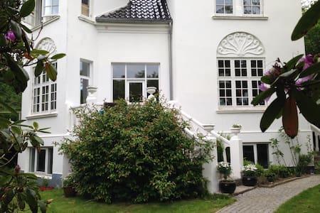 Patriciavilla i Hans Broghes Bakker - Brabrand - 別墅