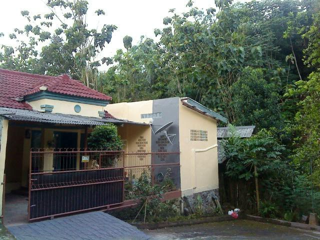 Stay in Bogor near Lido Resort - Bogor - Hus